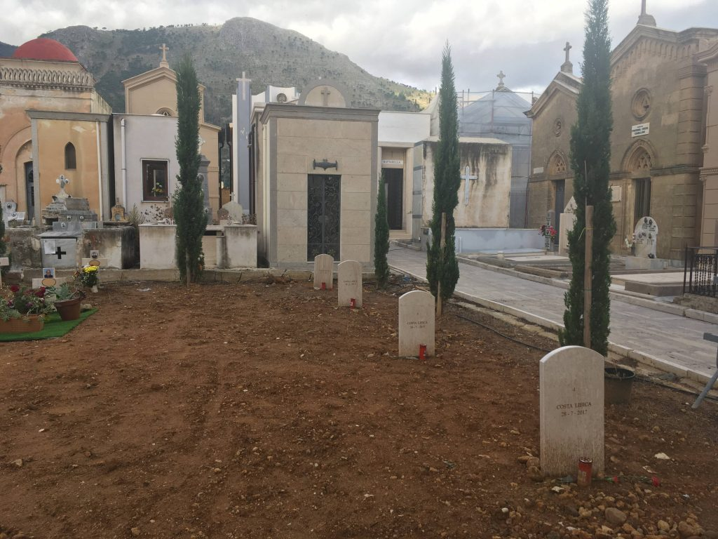 Libyan edustalla heinäkuussa 2017 hukkuneiden nimeämättömiä hautoja Castellamare del Golfon hautausmaalla Sisiliassa lokakuussa 2018.