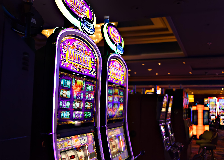 Rahapeliautomaatteja kasinolla.