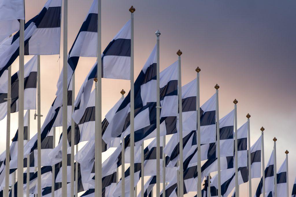 Suomen lippuja lipputangoissa.