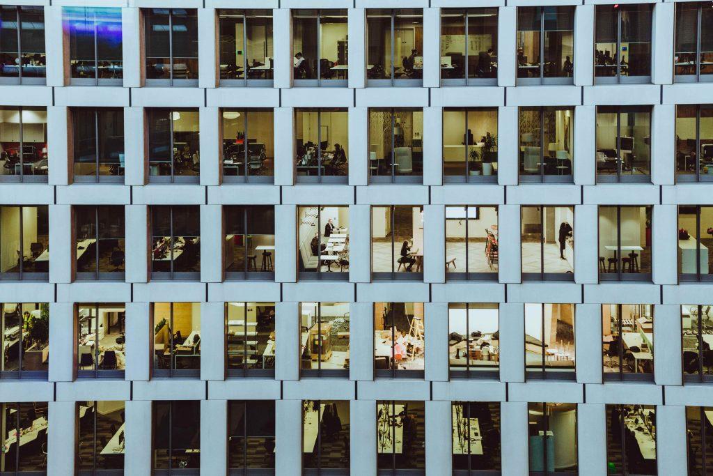 Toimistorakennuksen ikkunoita ulkoapäin kuvattuna.