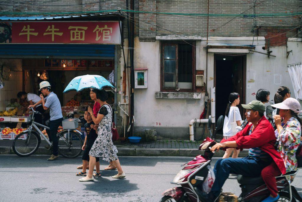 Ihmisvilinää kadulla Kiinassa.