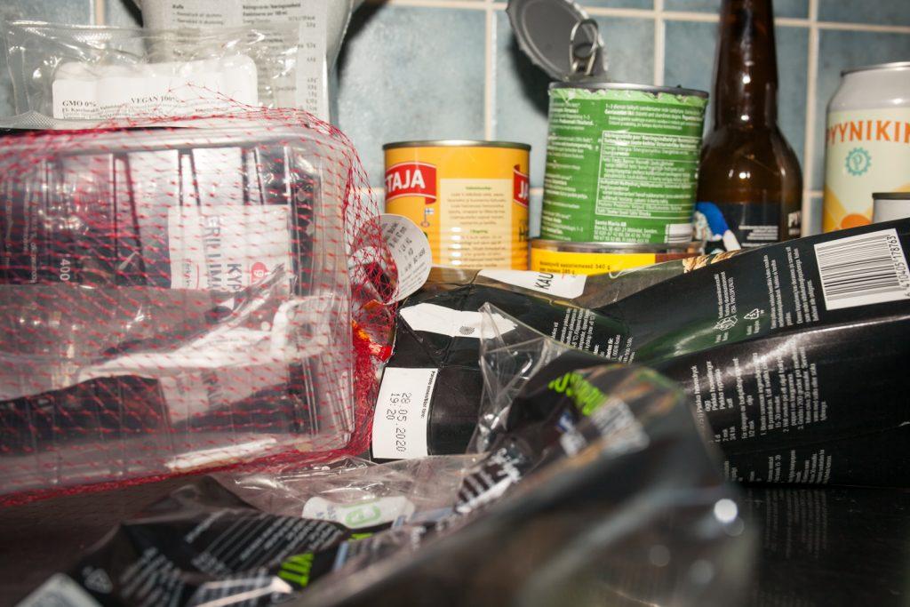Erilaisia jätteitä keittiöntasolla.