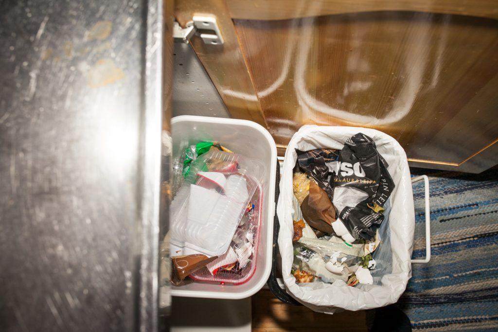 Kaapista ulos vedettävät roska-astiat keittiössä.