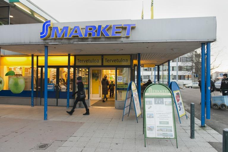 S-marketin sisäänkäynti lähiössä.