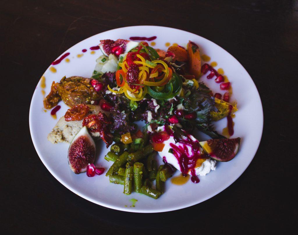 Kaunis ja värikäs ruoka-annos