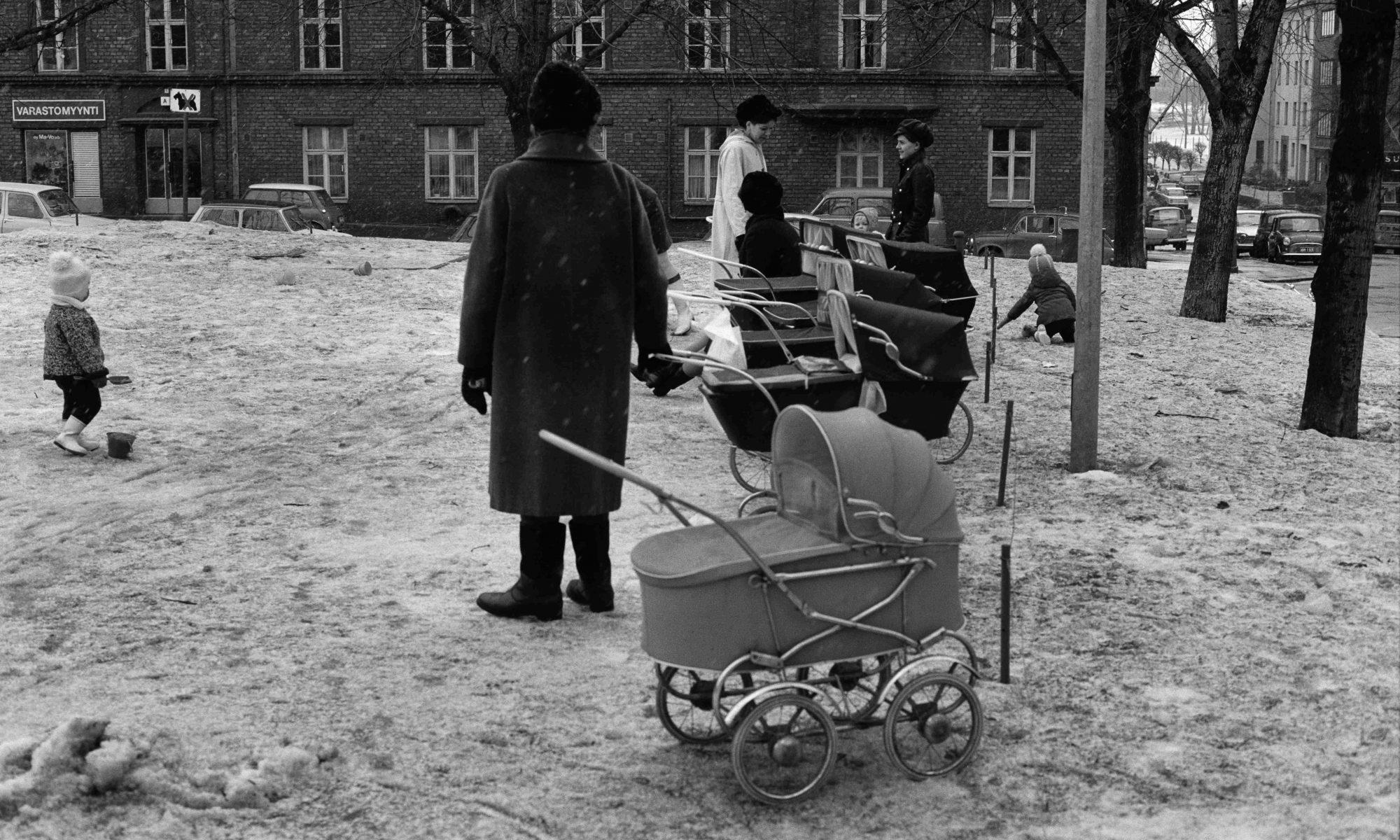 Lastenrattaita rivissä puistossa vanhassa valokuvassa