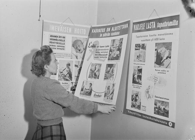 lasten kasvatukseen liittyviä julisteita Väestöliiton toimiston seinällä vuonna 1948