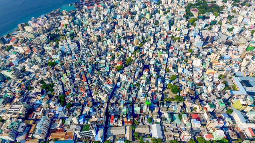 Suurkaupunki ilmasta kuvattuna, reunassa pieni kaistale merta