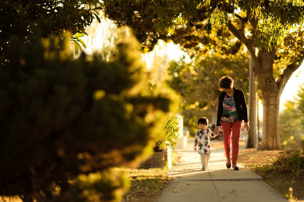 Lapsi ja nainen kävelevät kadulla