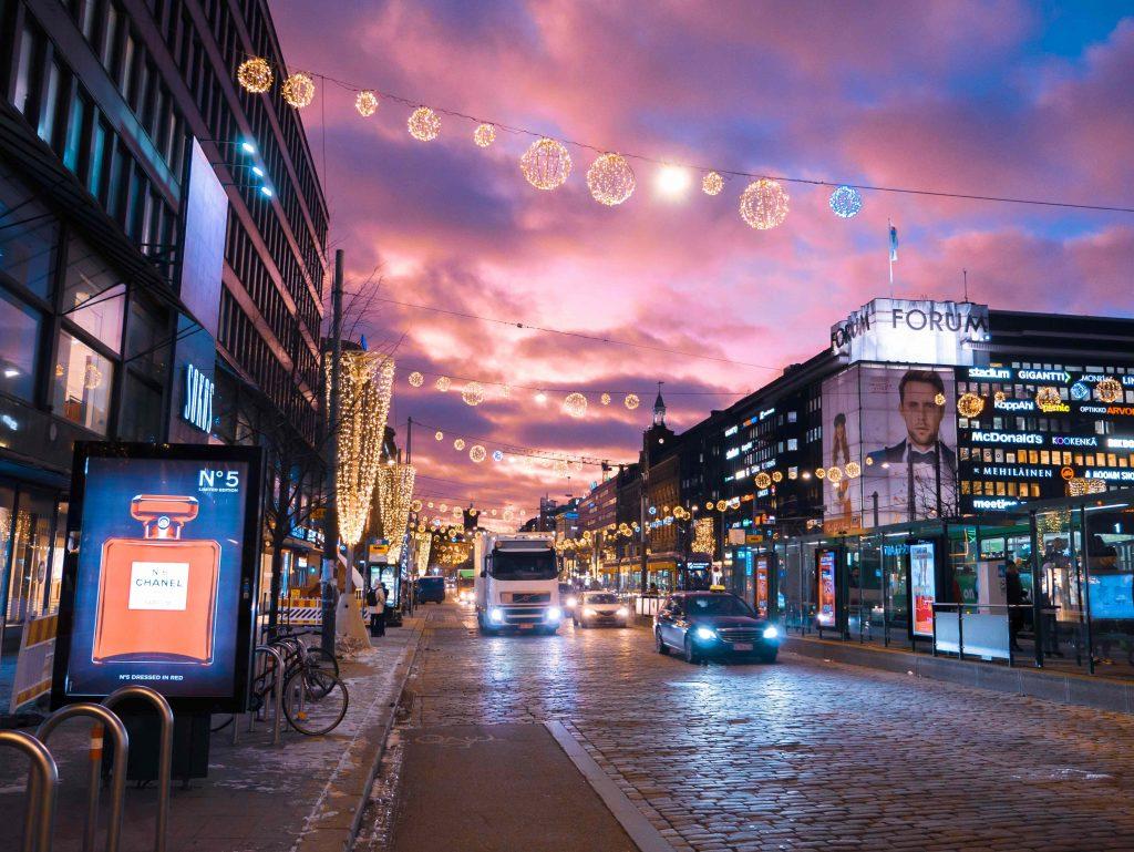 Helsingin keskusta, neonvaloja ja tyhjä katu