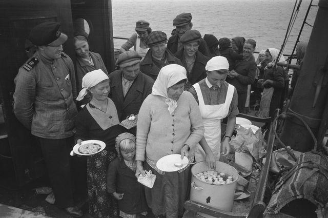 Inkeriläisiä Suomi-laivalla matkalla Suomeen 1943, Museoviraston kuva