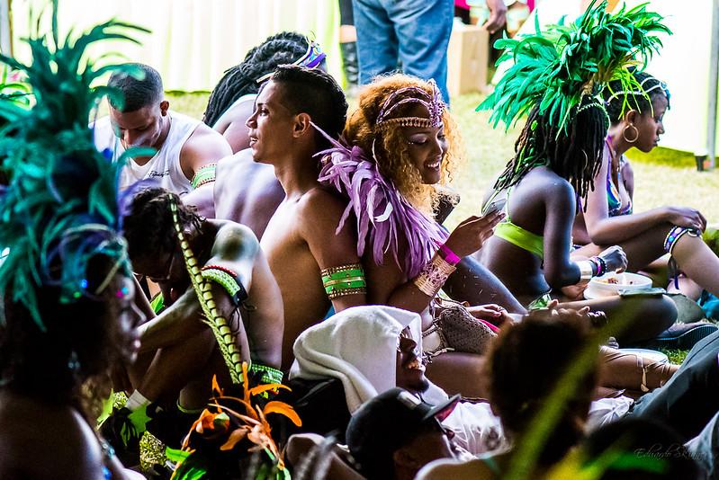 Karnevaaliasuisia ihmisiä istuskelemassa