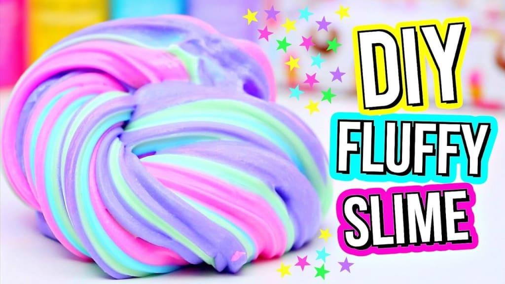 """Lilankirjavaa limaa ja teksti """"DIY Fluffy Slime"""""""