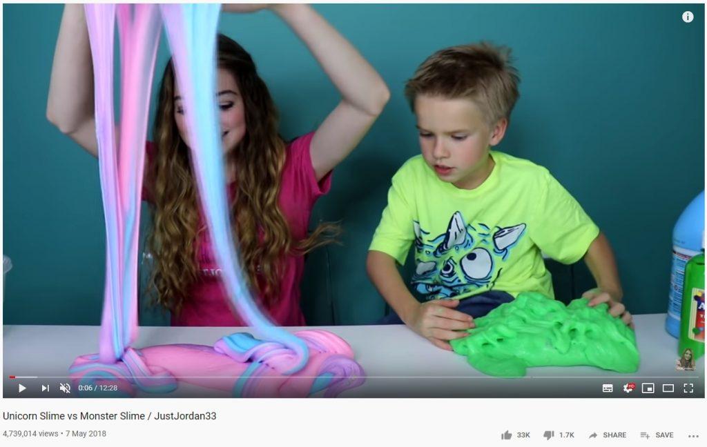 Kaksi lasta leikkii limalla, ruutukaappaus YouTube-videolta