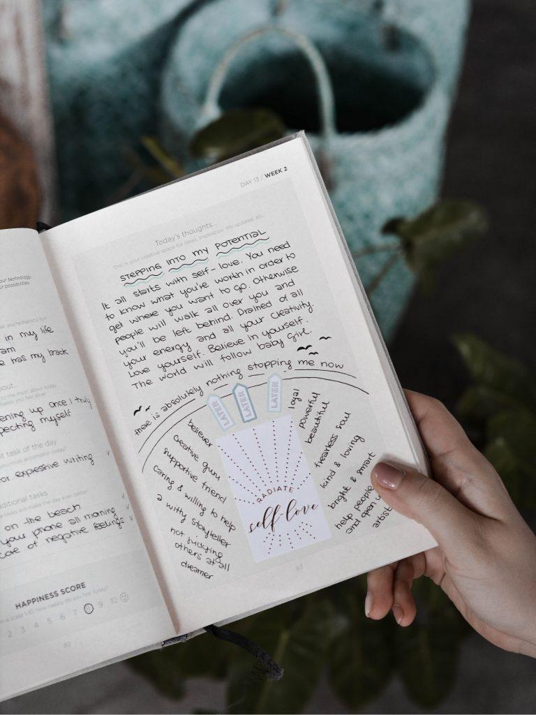Bullet journalin sivu, jolla tekstiä positiivisesta ajattelusta ja itsensä kehittämisestä