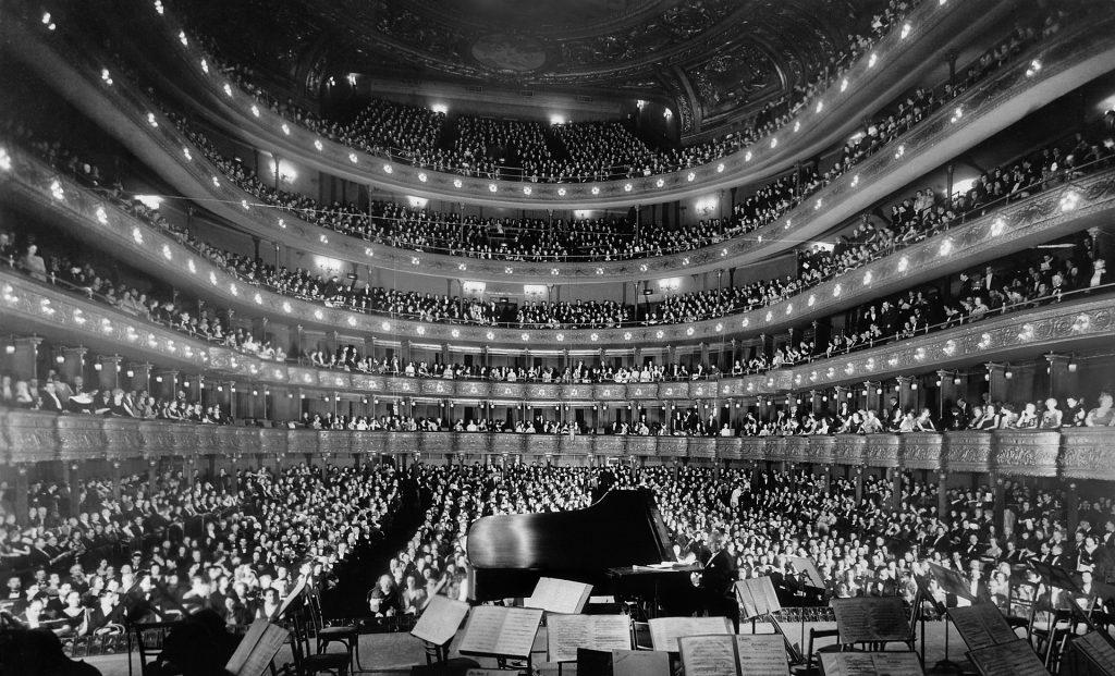 Näkymä oopperatalosta, joka on täynnä yleisöä