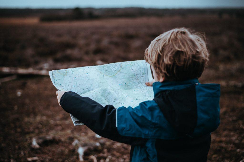 Lapsi lukee karttaa suolla