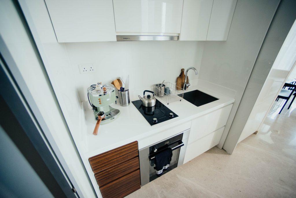 Valkoinen ja kiiltävän puhdas työpaikan keittiö