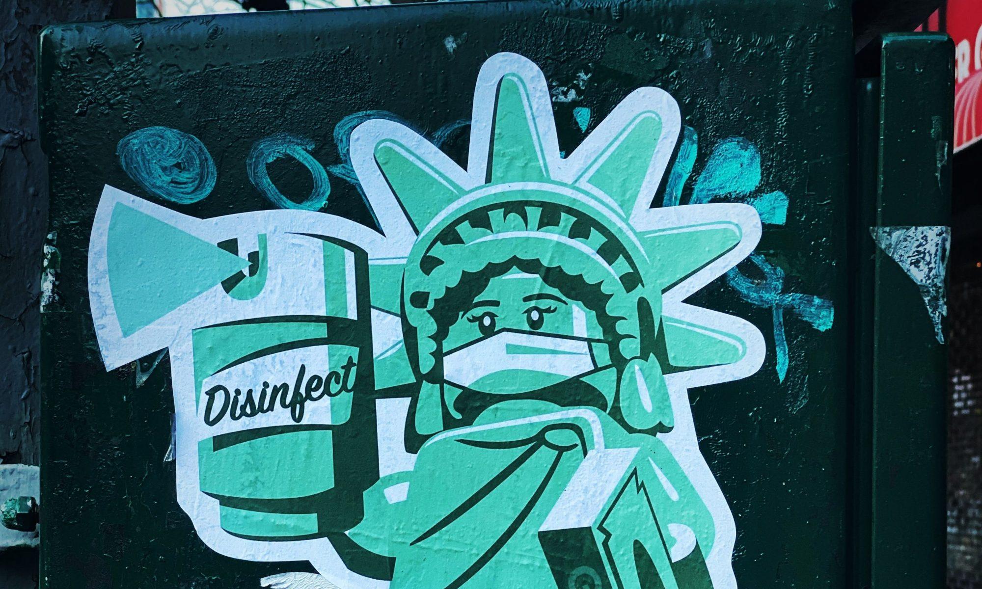 Graffiti, jossa maskia käyttävä naishahmo ruiskuttaa desinfiointiainetta