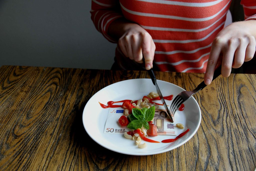 Pasta- ja tomaattiannos 50 euron setelin päällä