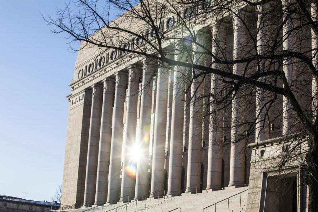 Eduskuntatalo, jonka julkisivusta aurinko heijastuu