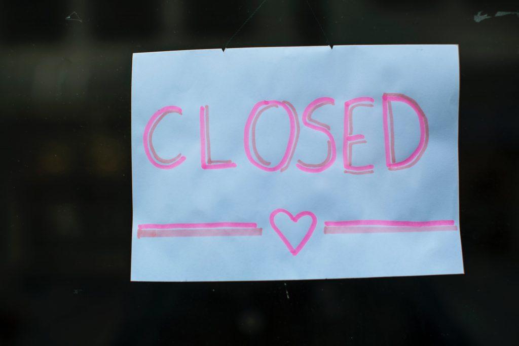"""Paperilappu, johon on kirjoitettu """"Closed"""" ja piiretty sydän."""