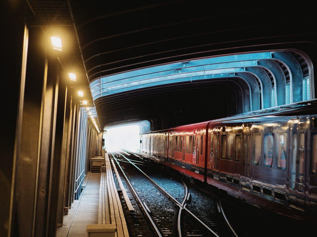 Metro kulkemassa tunnelissa.