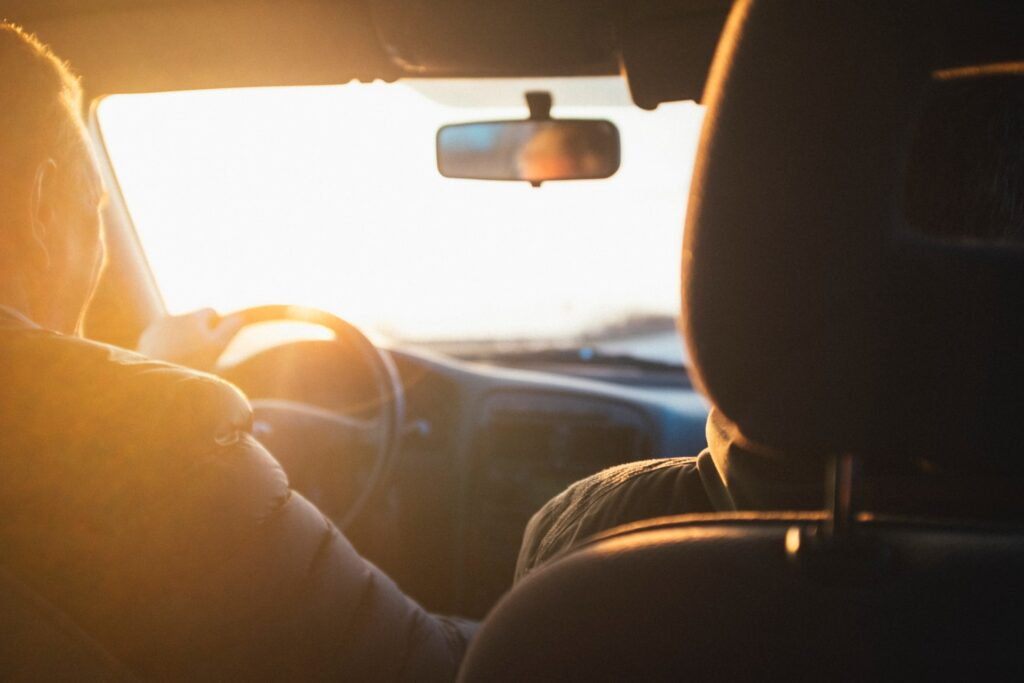Kaksi henkilöä autossa.