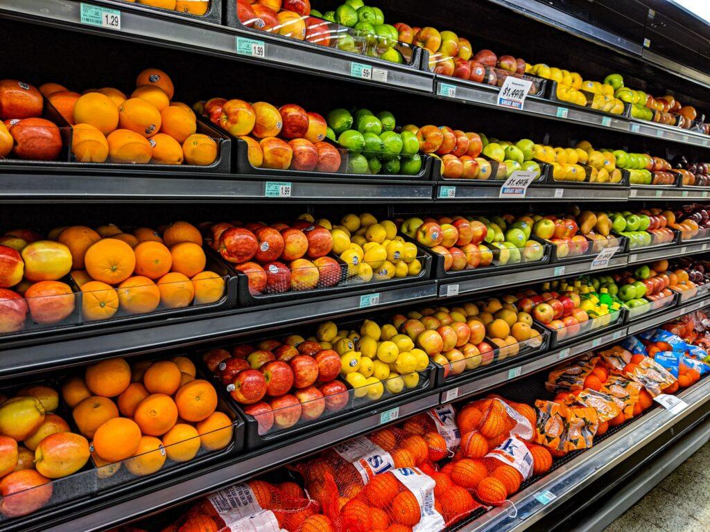 Ruokakaupan vihannesosaston hylly, jossa erilaisia hedelmiä