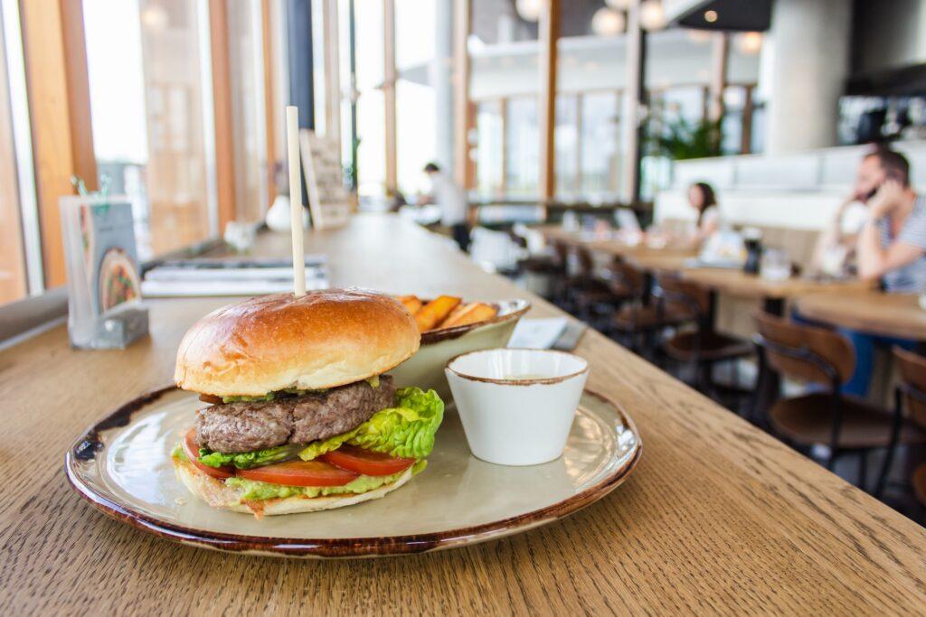 Burgerateria ravintolan pöydällä