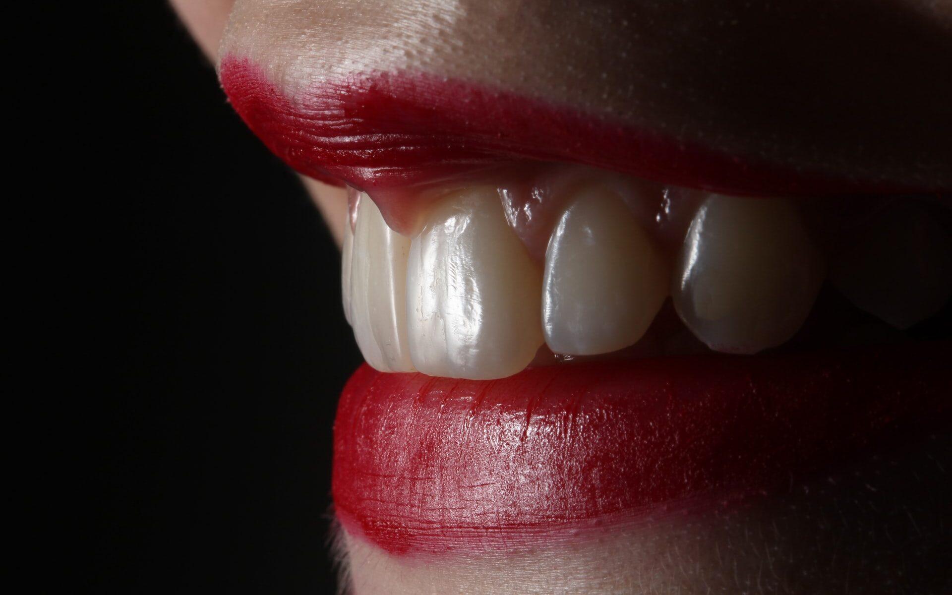 Punatut huulet ja paljastetut hampaat lähikuvassa