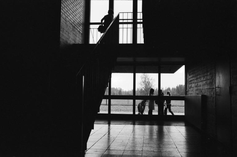 Näkymä koulurakennuksen ylä- ja alakerroksen yhdistävästä portaikosta.