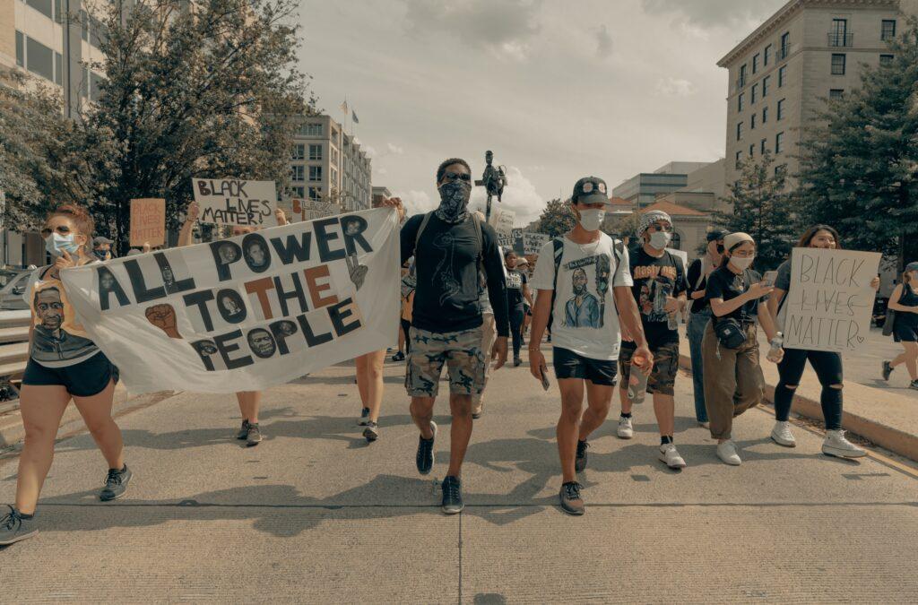Black Lives Matter -mielenosoittajia kadulla