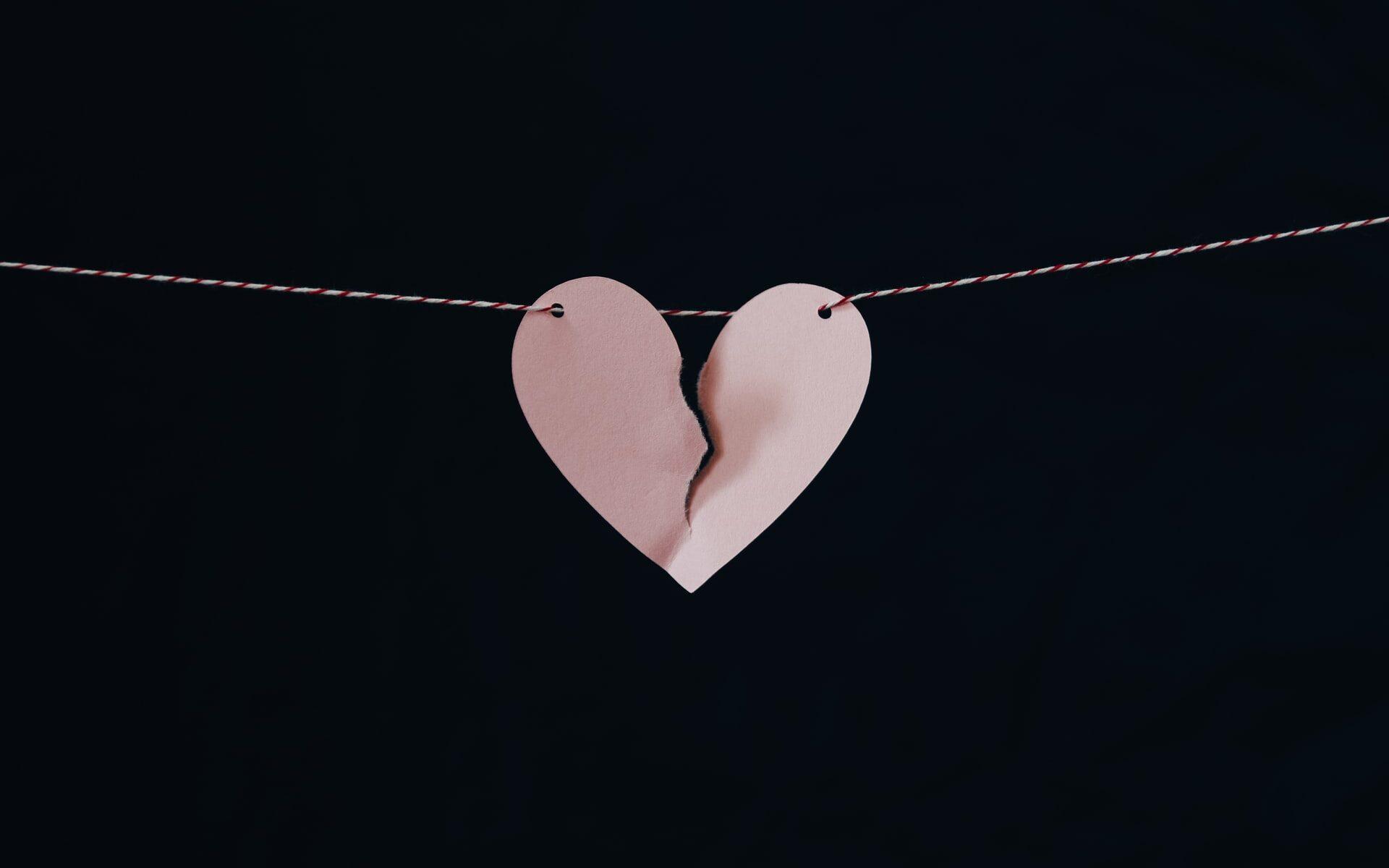 Särkyneen sydämen muotoinen paperipala