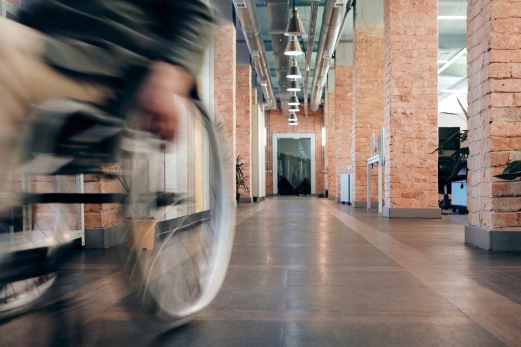 Joku rullaa pyörätuolilla vauhdikkaasti käytävää