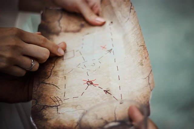 Vanha kartta jonkun käsissä