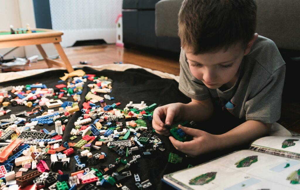 Lapsi leikkimässä legoilla.