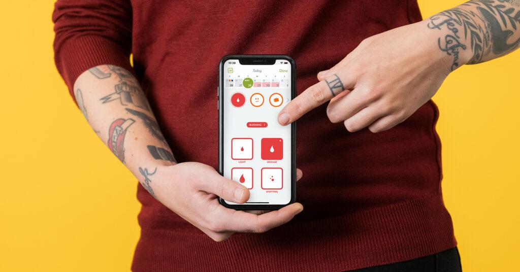 Henkilö esittelee älypuhelimen näytöltä Clue-sovellusta.