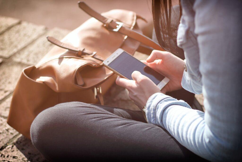 Henkilö käyttämässä älypuhelinta.