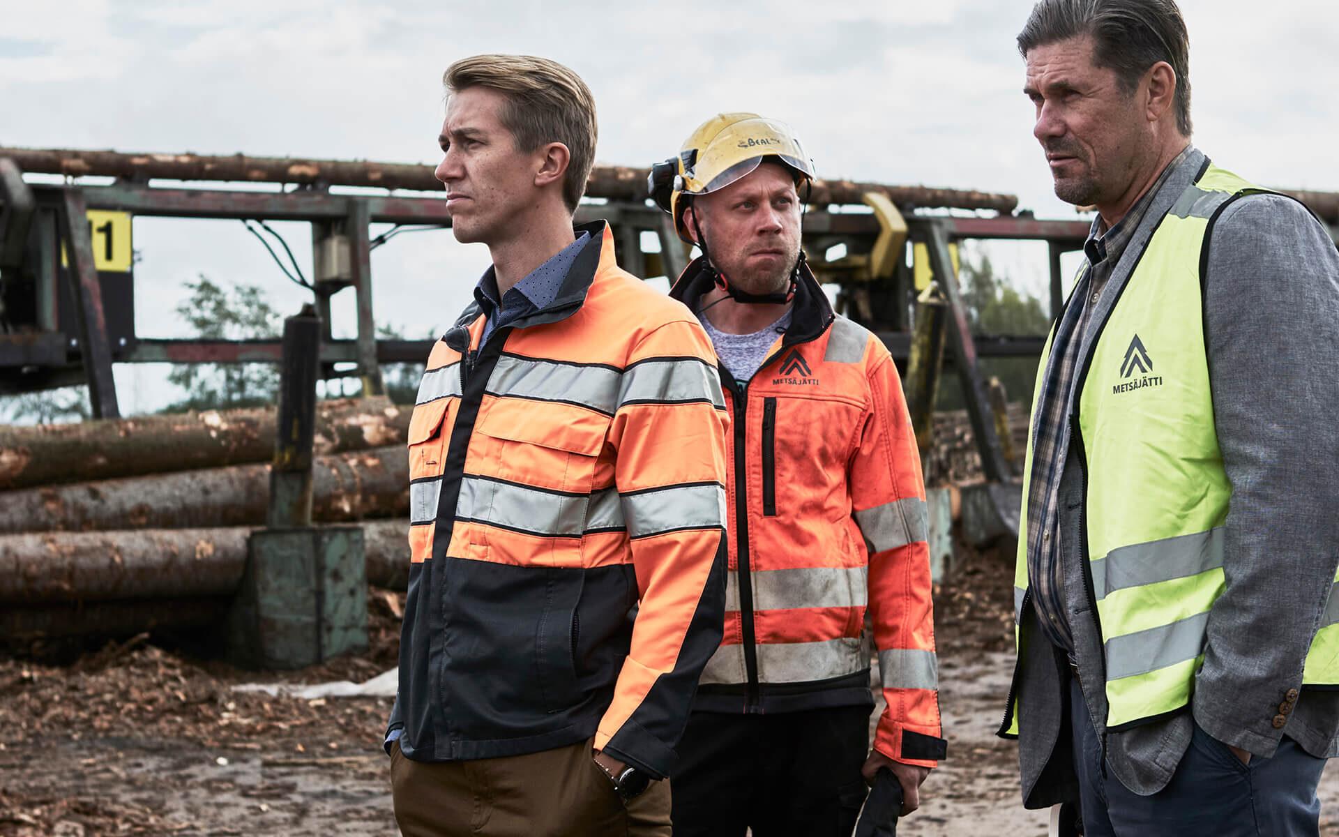 Elokuvan Metsäjätti päähenkilö Pasi kahden muun henkilön kanssa metsätyömaalla.