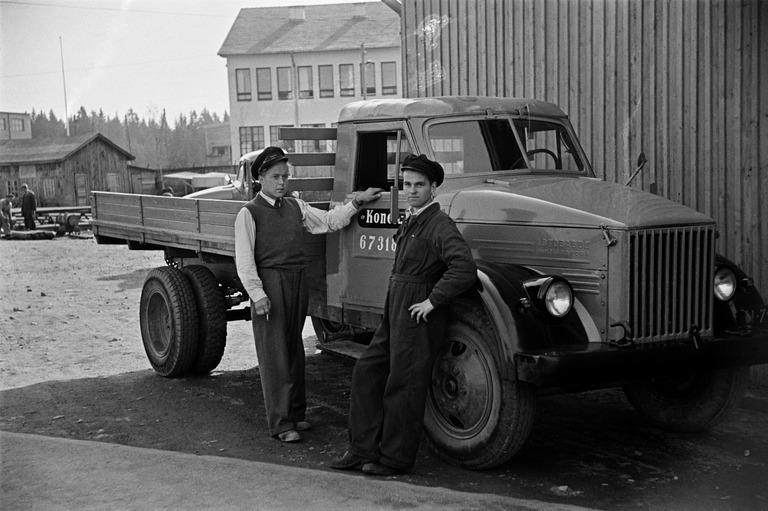 GAZ kuorma-auto ja miehiä Konela Oy:n pihalla. Väinö Kannisto/Helsingin kaupunginmuseo. Mustavalkoinen valokuva.