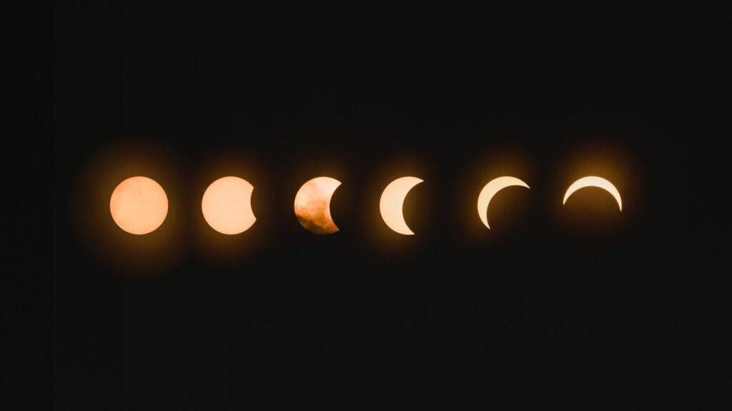 Kuu kierron eri vaiheissa täydestä kuusta sirppiin.