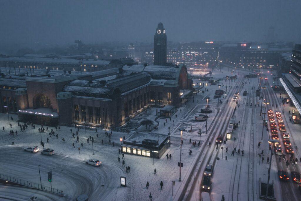 Talvinen maisema Helsingin rautatieasemalta. Kaduilla näkyy paljon ihmisiä ja kulkuneuvoja.