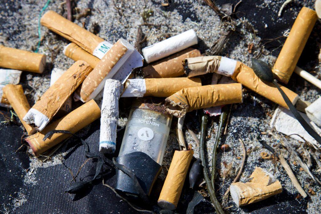 Tupakantumppeja maassa.