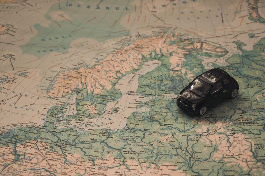 Pohjoismaat Islantia lukuunottamatta kartalla ja pikkuauto.