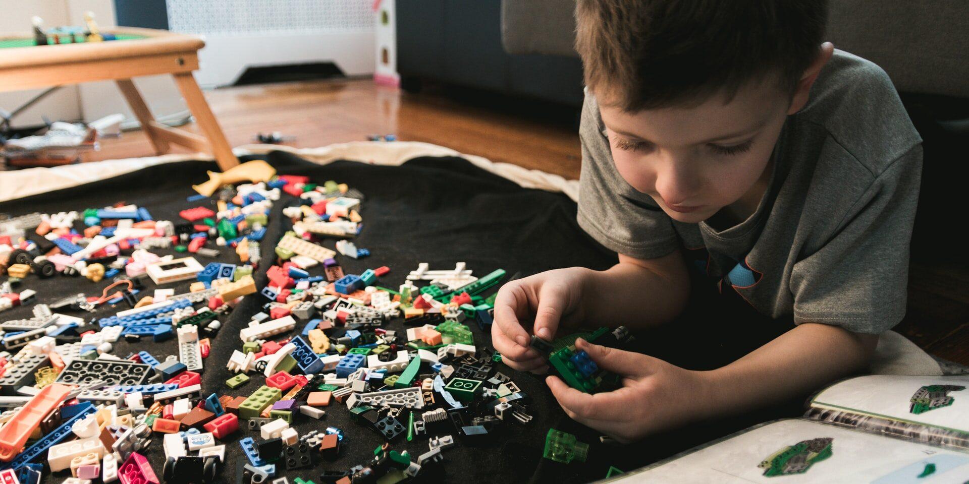 Lapsi leikkii legoilla