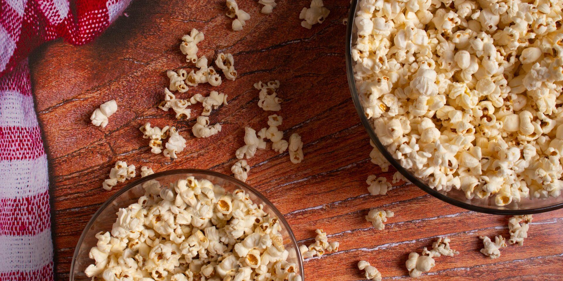 Popcornia kahdessa kulhossa ja pöydällä