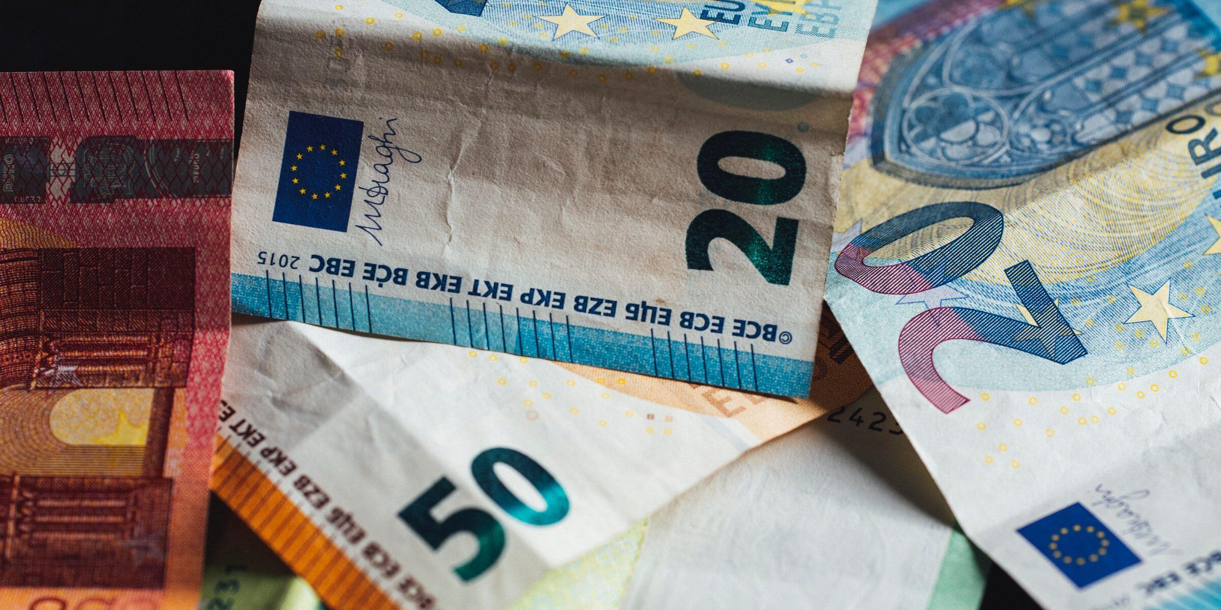Rypistyneitä 20, 50 ja 100 euron seteleitä