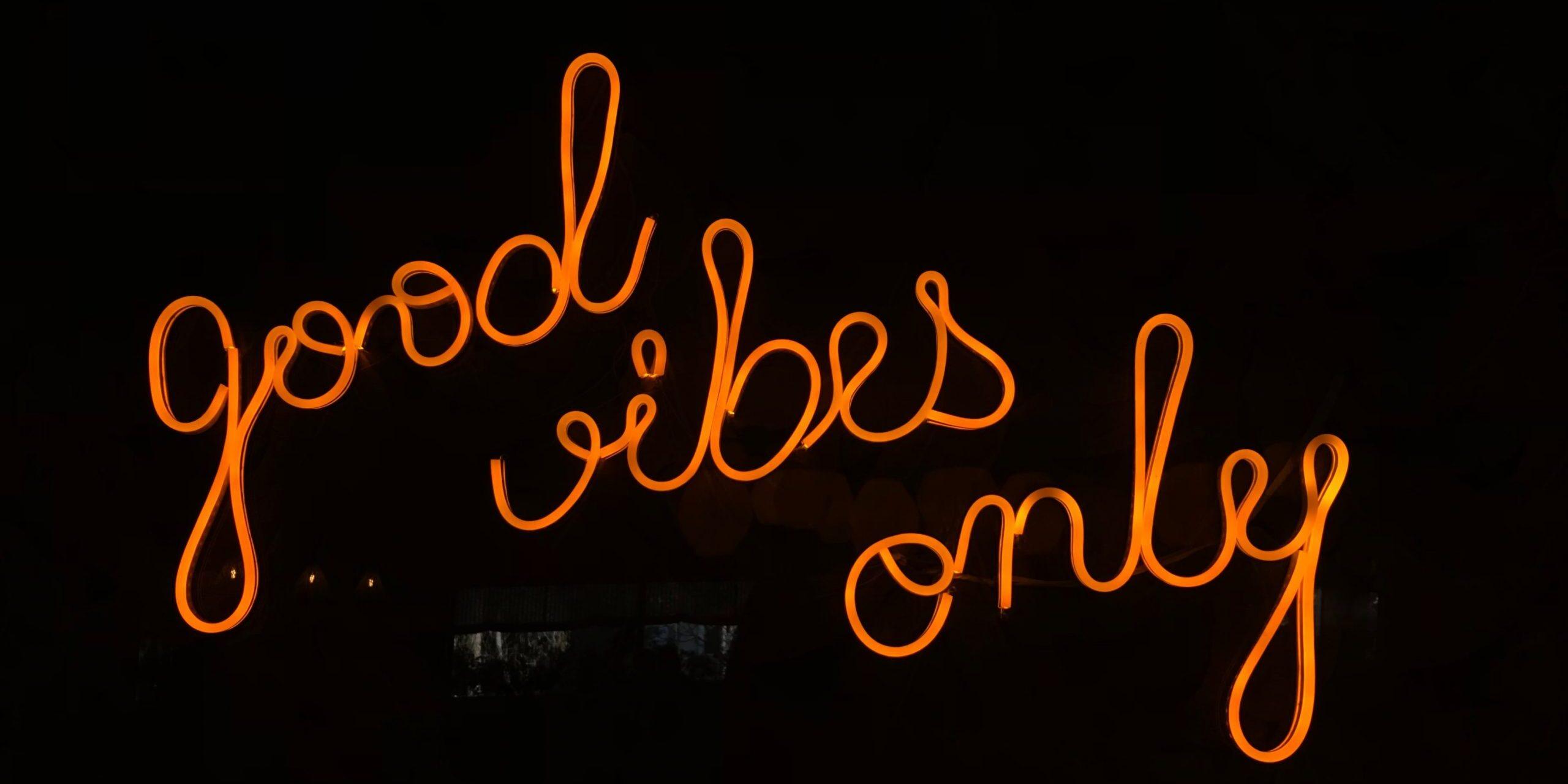 """Neon-kyltti, jossa lukee """"good vibes only"""""""